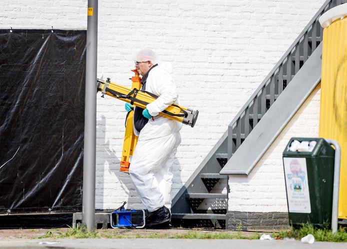 Onderzoek in het gemeentehuis van Lingewaard, nadat daar in de nacht van dinsdag op woensdag een auto naar binnen reed.