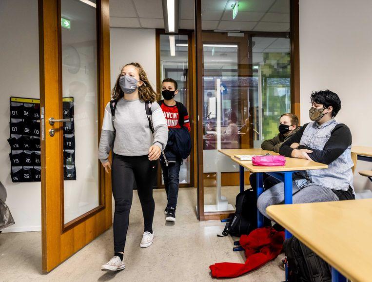 Leerlingen van een middelbare school dragen mondkapjes in de klas. Beeld ANP