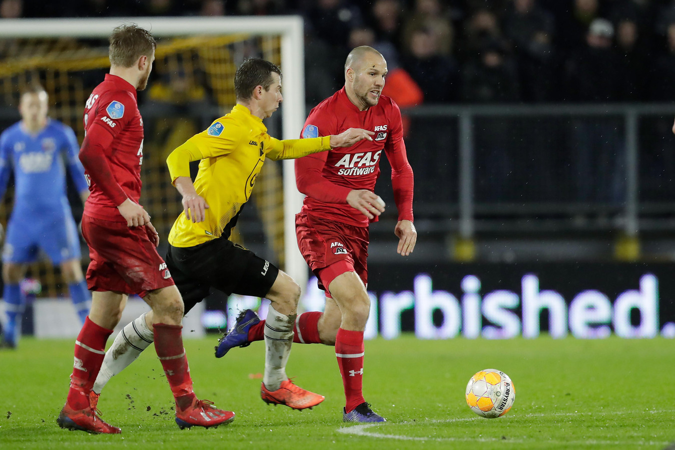Robert Mühren (midden) probeert te voorkomen dat Ron Vlaar er met de bal vandoor gaat.