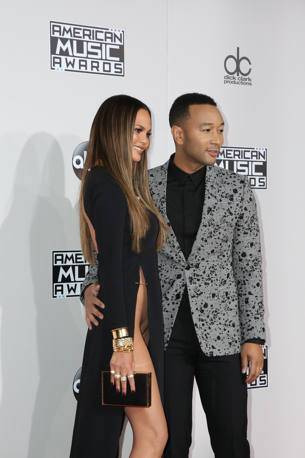 chrissy teigen baart opzien met okselhoge jurk zonder slip foto. Black Bedroom Furniture Sets. Home Design Ideas