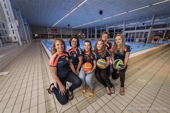 Drie moeders, drie dochters, samen in één team. Vlnr: Theresia Korfage, Monique Velthuis, Lindy Velthuis, Manon Korfage, Mariëtte Nijhuis en Susan Nijhuis.