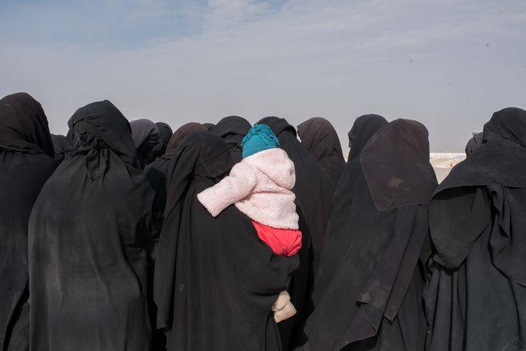 Vrouwen in het Al Hol kamp in het noordoosten van Syrië.  Beeld Vincent Haiges