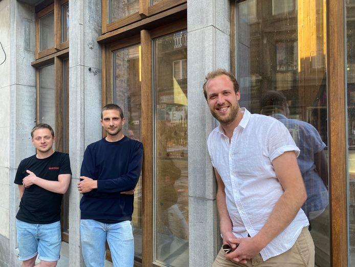 Drie van de vijf initiatiefnemers, Ilja Bracke, Emile De Schrijver en Nick Baeyens, voor de studio van Radio Ruit.