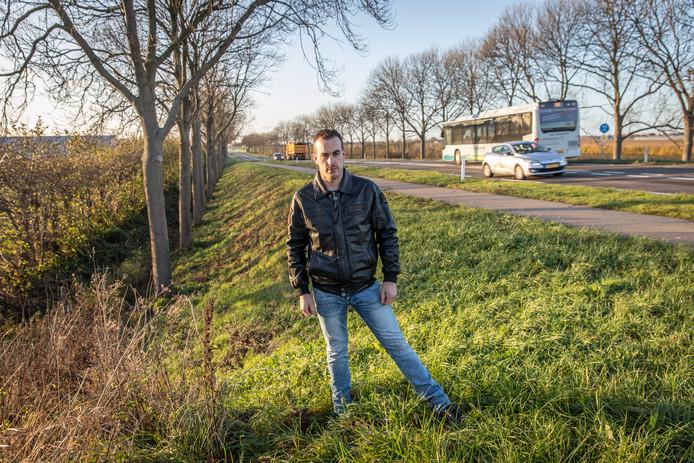 Martijn Weststrate bij de plaats waar hij de dode hond Bas heeft gevonden, onderin een droge sloot onder riet en bladeren.