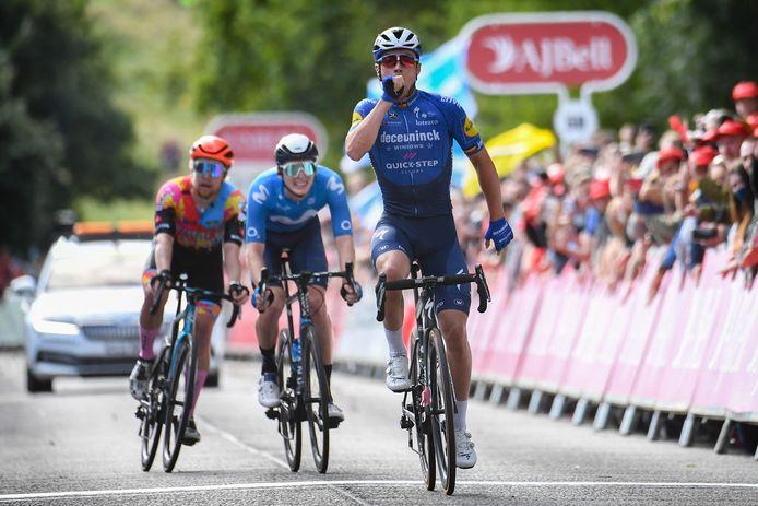 Yves Lampaert juicht na het winnen van de zevende etappe in de Ronde van Groot-Brittannië.