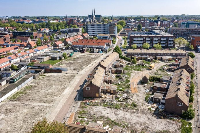 Buurt waar de nieuwe woningen komen, met op deze foto nog wat huisjes die kort erna zijn gesloopt.