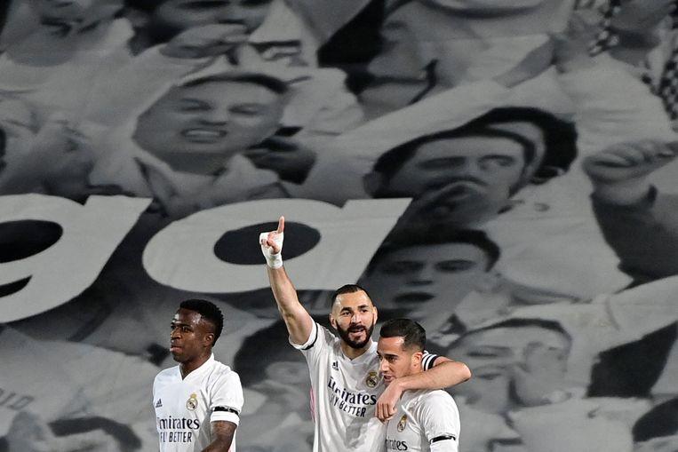 Real-topschutter Karim Benzema viert zijn goal met Vinícius Júnior (l.) en Lucas Vázquez (r.). Beeld AFP