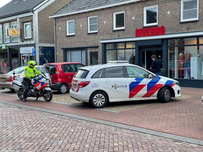 De politie is op zoek naar twee verdachten die donderdagmiddag een overval hebben gepleegd op damesmodezaak Inverno in de Somerense Postelstraat.