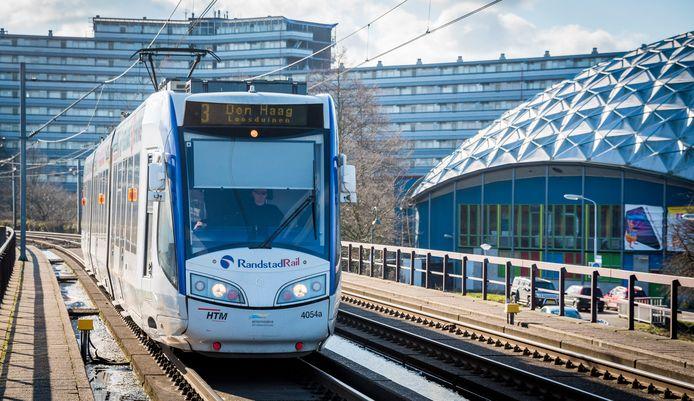 Een tram rijdt over het spoor van de Randstadrail in Zoetermeer.