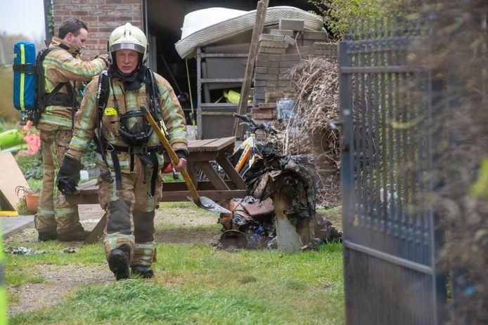 De brandweer haalde verbrandde spullen uit de berging waar de brand ontstond.