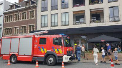 Papiercontainer vat vuur in opslagplaats stadscentrum, aanwezige sprinklerinstallatie steekt brandweer handje toe