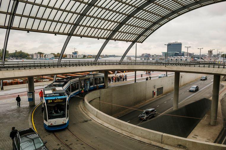 Tram 26 achter het Centraal Station, hier met een enkele wagen. Beeld Marc Driessen