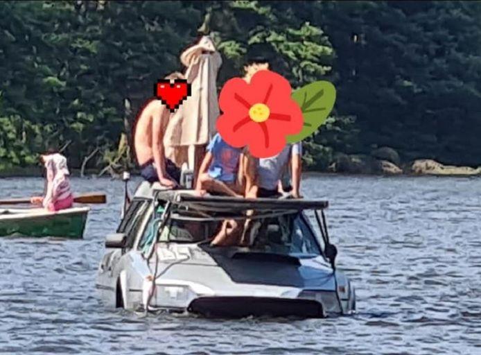 Het gezin voer in een tot amfibievoertuig omgebouwde auto met een elektromotor op de 'Zwarte Regen', een riviertje in Beieren.
