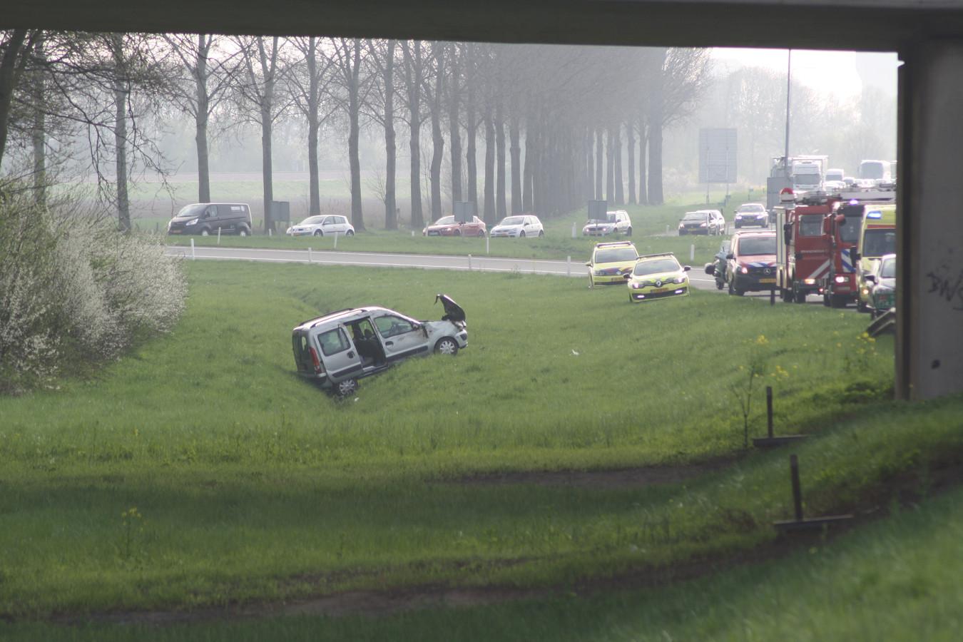 De auto belandde door nog onbekende oorzaak naast de A15 bij Echteld.