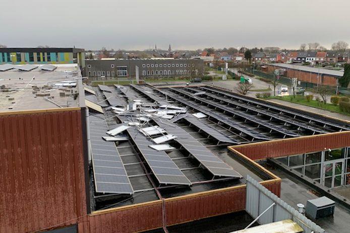 De schade die losgerukte zonnepanelen in het gebouw van de sporthal aanrichtten is voorlopig hersteld.