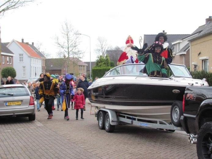 Sint en zijn pieten kwamen aan in een speedboot.