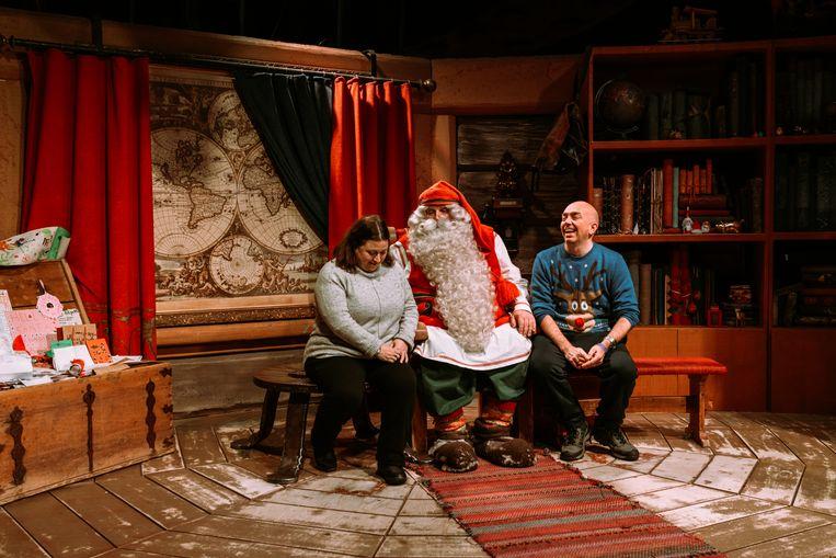 """De Kerstman: """"Ik bied een luisterend oor, aan iedereen die daar behoefte aan heeft. Dat kost niks, je hoeft hier niks te kopen."""" Beeld Rebecca Fertinel"""