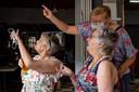Lea (rechts) kijkt met veel trots en open mond naar haar kleindochter in Tokio.
