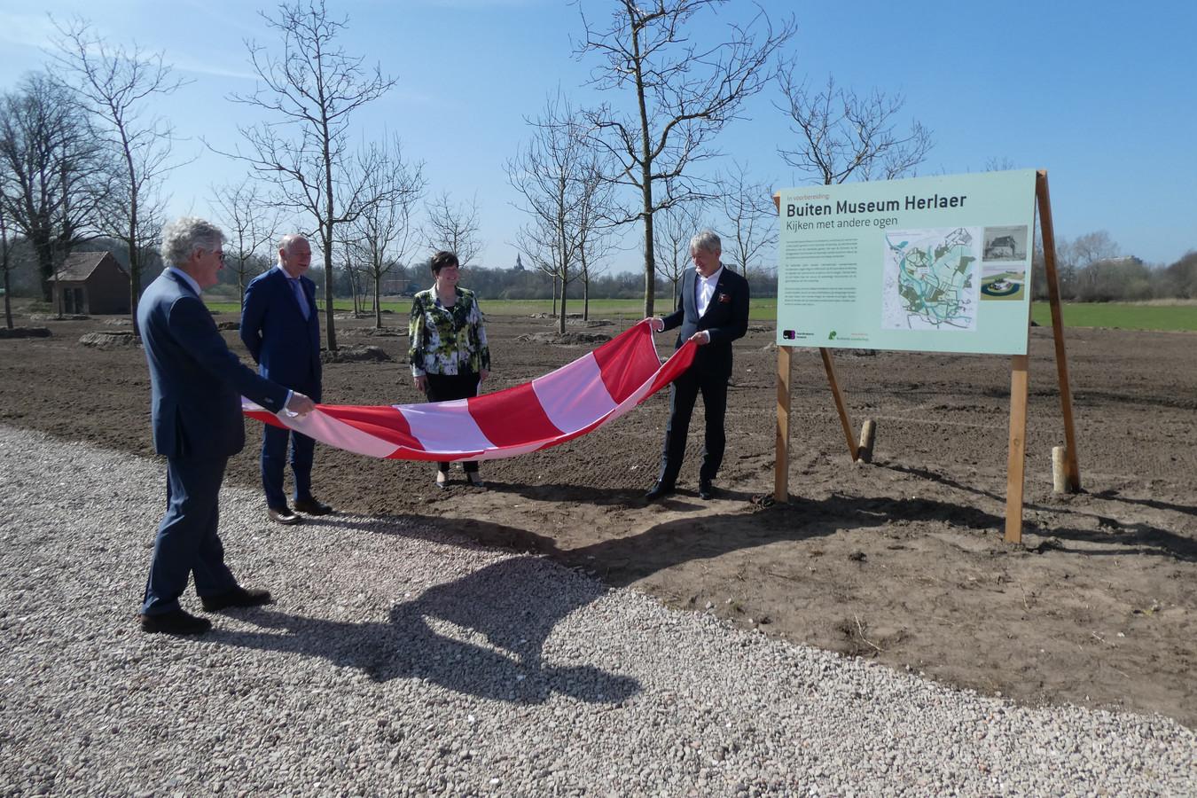 Het bord van het Buiten Museum Herlaer werd onlangs onthuld. Dat gebeurde rond de starthandeling van Van Gogh Nationaal Park bij Oud-Herlaer.