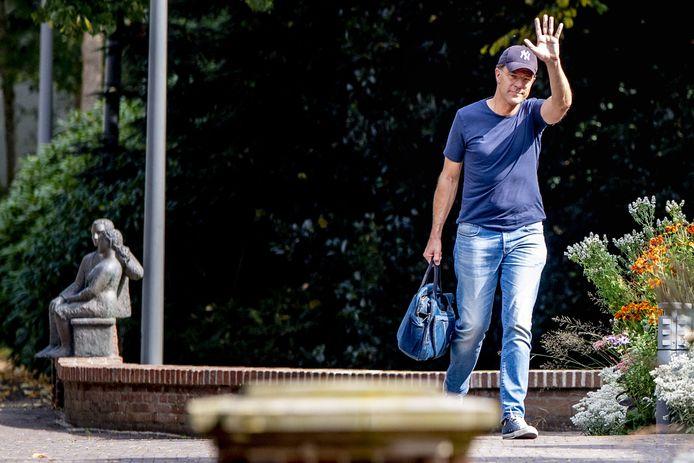 Premier Mark Rutte  komt aan voor het Catshuisberaad over de coronamaatregelen in aanloop naar de persconferentie.