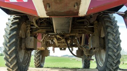Staaf van tractor belandt op geparkeerde auto: landbouwer moet boete betalen