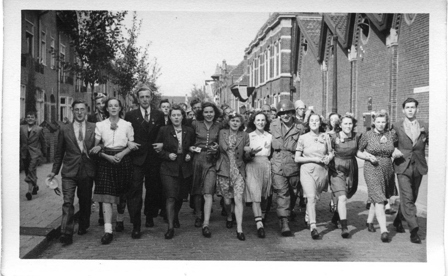 Feestvierende Eindhovenaren op de Tramstraat in Eindhoven op 18 september 1944, de dag van de bevrijding van de stad. FOTO EINDHOVEN IN BEELD