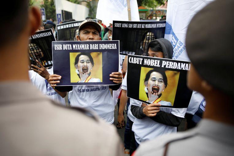 In Jakarta, Indonesië, protesteren mensen tegen Myanmar en Aung San Suu Kyi, en hun behandeling van de Rohingya-moslimminderheid in dat land. Beeld REUTERS