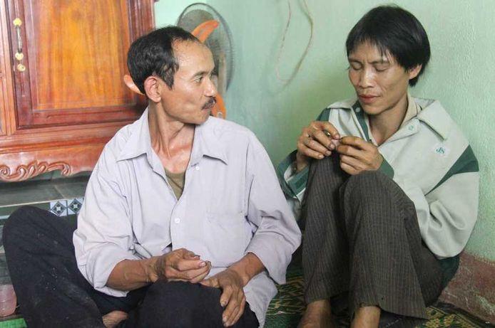 Ho Van Lang (rechts) bij zijn terugkeer in de bewoonde wereld.