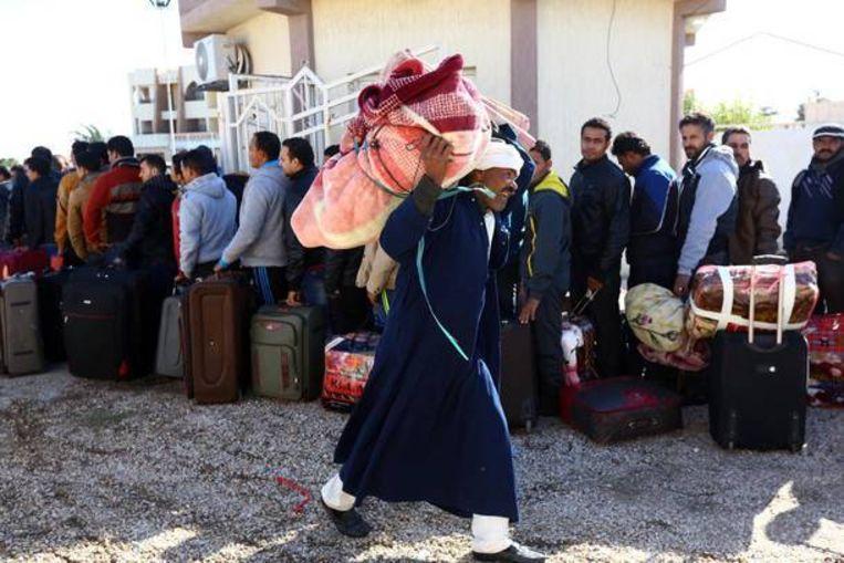 Egyptische gastarbeiders ontvluchten Libië uit angst voor IS. Beeld AFP