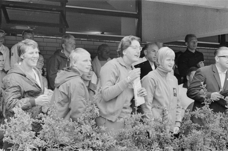 Iet van Feggelen, hier in het midden (met bril), was een Amsterdamse rugslagspecialiste die liefst zeven keer een wereldrecord vestigde. Beeld