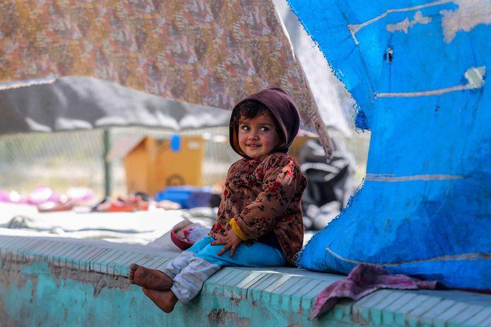 Een Afghaanse vluchteling in een tijdelijk kamp in Kaboel.