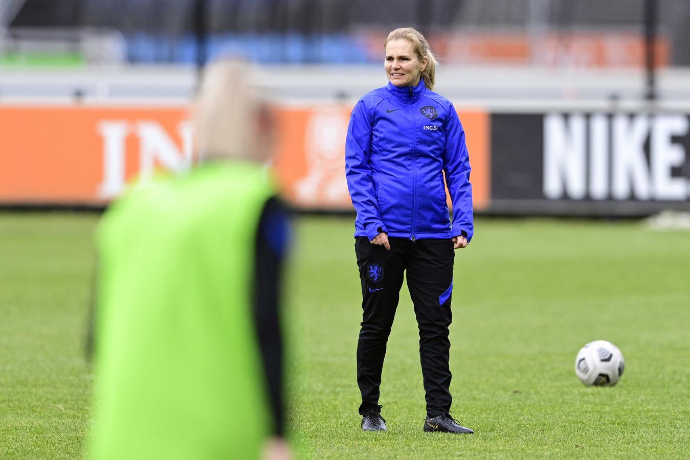 Sarina Wiegman snapt er niets van als mannelijke trainers er huiverig voor zijn om bij de Oranjevrouwen aan de slag te gaan.