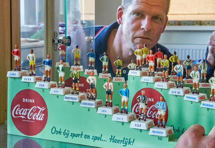 Frank van Dinther heeft elf van de twaalf miniatuurvoetballers van de 4de klasse CWest II uit 1954. Deze zijn door Coca-Cola niet erkend waardoor de productie snel werd stopgezet. Alleen VVBoskoop ontbreekt nog.