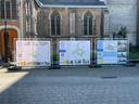 Infoborden aan de Sint-Lambertuskerk doen de plannen voor Ekeren-centrum uit de doeken.