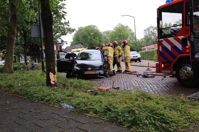Een automobiliste is met haar voertuig tegen een boom gebotst op de Willem de Haasstraat in Gemert.