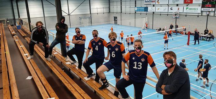 foto ter illustratie. Heren 2 van Volleybalclub Avior in Deventer met ludieke mondkapjes.