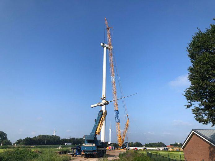 Ook op de derde van de vier molens, aan de Gemaalweg, zijn de wieken bevestigd.  Hierna moet alleen nog de windmolen op het terrein van Heineken worden gebouwd.