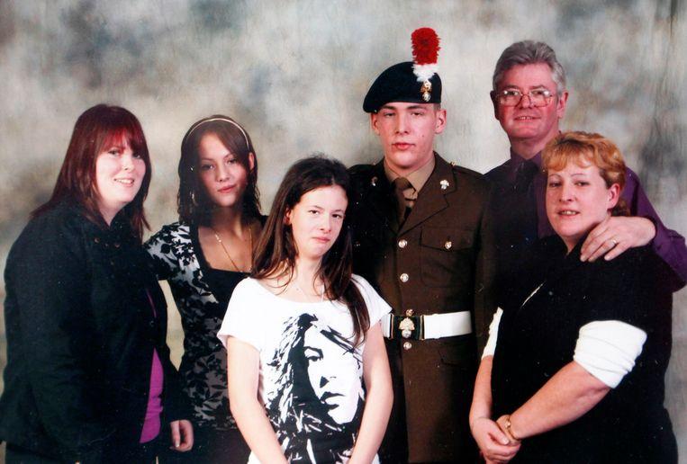 Familieportret met van links naar rechts de vrouw van Lee Riby, zijn twee zussen, Lee Rigby zelf en zijn stiefvader en moeder. Beeld Getty Images