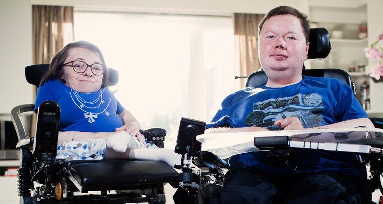 Stijn Hoorelbeke heeft de ziekte van Duchenne en woont samen met zijn vrouw in een huis voor begeleid zelfstandig wonen. Beeld Jonas Lampens