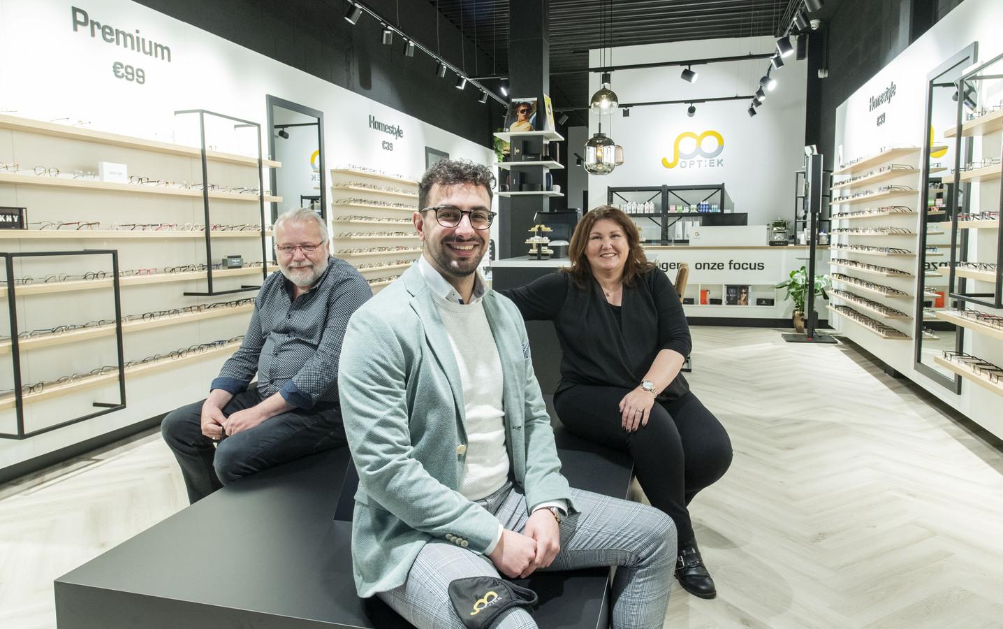 Simon Mirza (voor) runt samen met Frank Haasewinkel (links) en Ines Kroeze de nieuwe winkel.