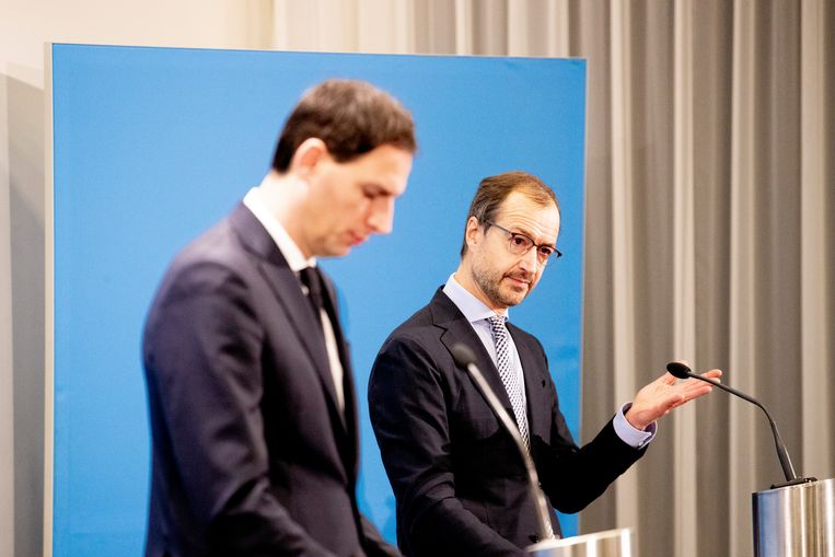Ministers Hoekstra (Financiën) en Wiebes (Economische Zaken en Klimaat) woensdag op hun persconferentie over het steun- en herstelpakket voor de economie. Beeld BSR Agency