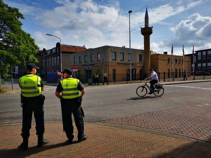 De politie is zichtbaar aanwezig bij de moskee in Apeldoorn.