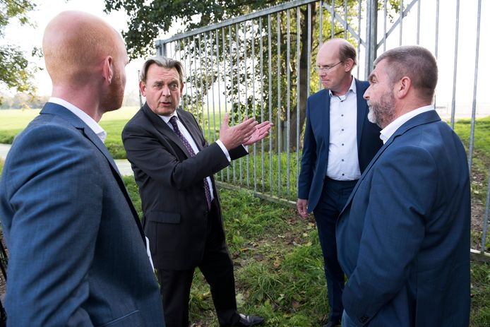 Nationale ombudsman Reinier van Zutphen komt naar het gebied om te zien waar Vermilion naar gas wil gaan boren en om zich te laten informeren door de lokale politiek.