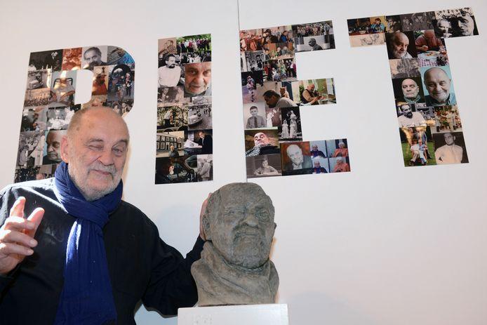 Piet Hohmann in een typerende houding: knipogend en met veel plezier. Hij werd zijn tachtigste verjaardag met hem gevierd. Foto: Casper van Aggelen / Pix4Profs