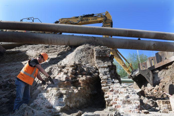 Archeoloog Niels Bouma onderzoekt een oude muur die is gevonden bij gemaal de Neust in Tricht.