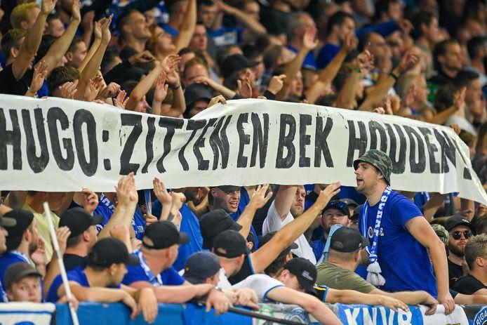 Supporters van De Graafschap maken ondubbelzinnig duidelijk wat ze vinden van de oproep van het kabinet om te blijven zitten in het stadion.