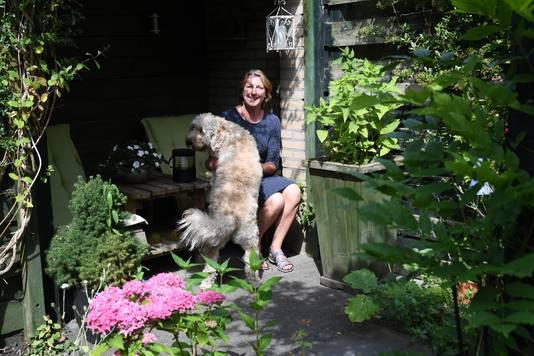 Lilianne van Genk op een van de schaduwplekjes in haar stadstuin in Etten-Leur.