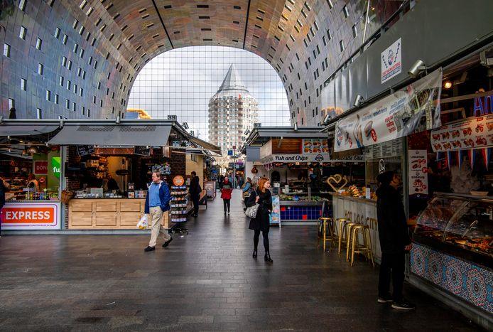 Aan het begin van de coronacrisis was het al erg stil in de Markthal. Bijna anderhalf jaar later zijn veel kramen verlaten.