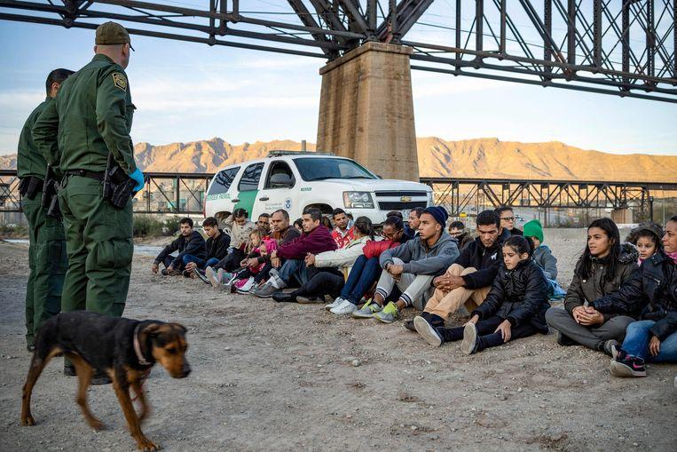 Amerikaanse grenspolitie bij een groep Braziliaanse migranten die net de Mexicaans-Amerikaanse grens zijn overgestoken. Archiefbeeld. Beeld AFP