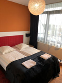 De hotelkamer: klein maar volledig gerenoveerd